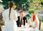 Brautpaar Rebecca und Thomas im Hochzeitsgarten von Hirschstetten