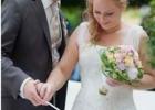 Brautpaar-beim-Entzuenden-seiner-Hochzeitskerze