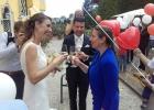 Brautpaar und Rednerin stoßen miteinander an