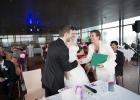 Diana-Albu-Lisson-gratuliert-dem-Brautpaar-und-ueberreicht-die-Urkunde