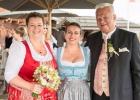 Rednerin mit Brautpaar auf der Wieseralm