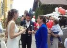 Rednerin und Brautpaar lassen die Zeremonie Revue passieren
