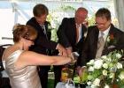 Sandzeremonie-von-Brautpaar-und-Trauzeugen